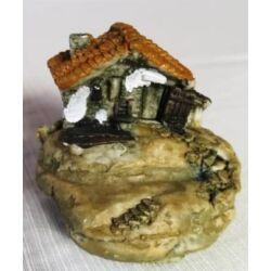 Mini  barnatetős házikó kavicson