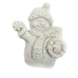 Fehér hóember figura koszorúval